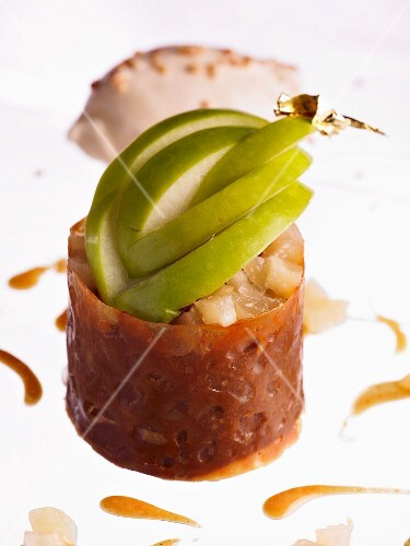 A caramel nest filled with pear compote and apple slices