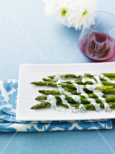 Green asparagus with yogurt sauce