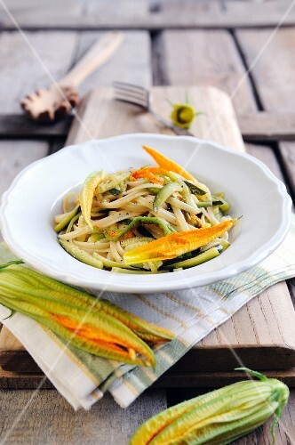 Pasta with courgettes and courgette flowers