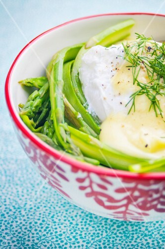 Asparagus strips with a poached egg, Hollandaise sauce and fresh dill