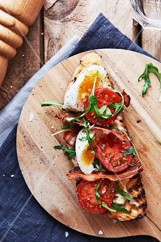 Tartine BLT with egg, bacon, tomato and rocket