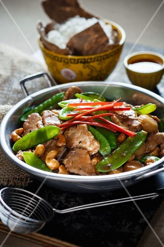 Freid pork with mange tout and cashew nuts (Asia)