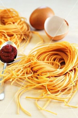 Flavoured pasta: tagliolini with egg and tomato puree
