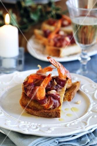 Crostini with prawns in bacon