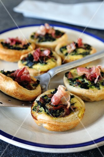 Spicy spinach tartlets with pancetta