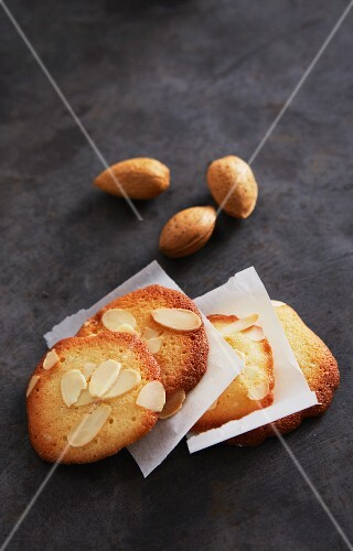 Almond biscuits with slivered almonds