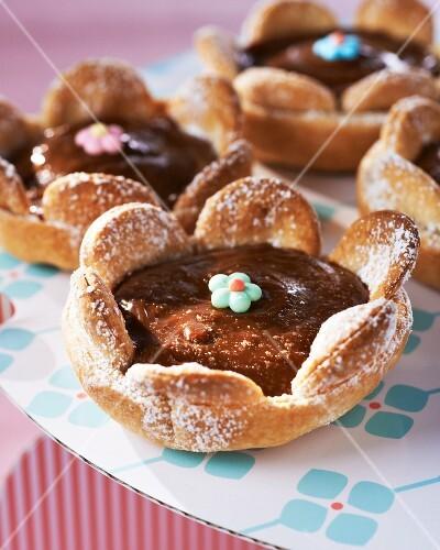 Flower-shaped chocolate tartlets