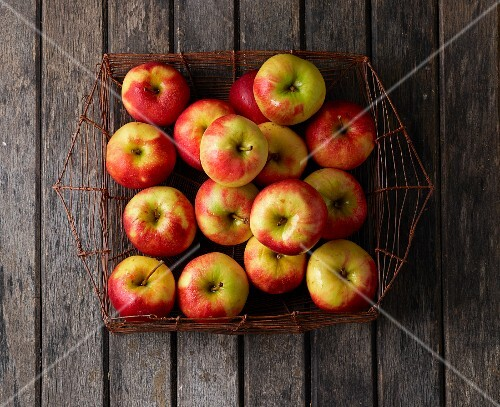 Elstar apples in a wire basket (seen from above)