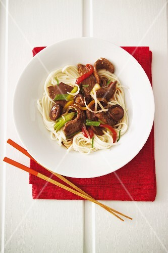 Fillet of beef with peppers and soba noodles (Japan)