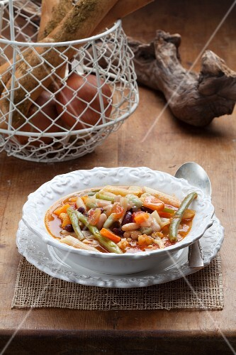 Bean stew with carrots and pasta