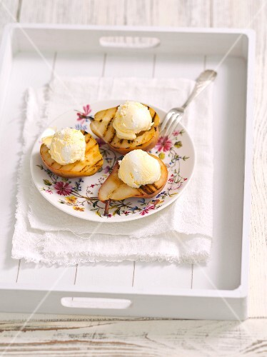 Grilled pears with vanilla ice cream