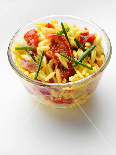Rice noodle salad with tomatoes