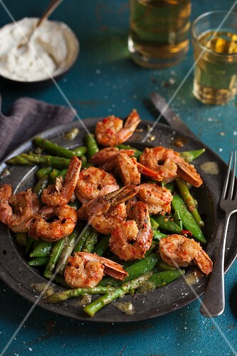 Prawn salad with asparagus and mange tout