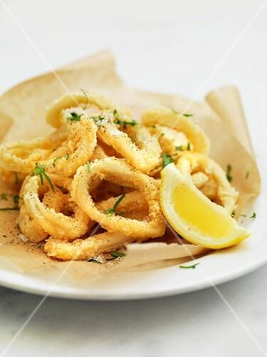 Deep-fried squid rings with wedge of lemon