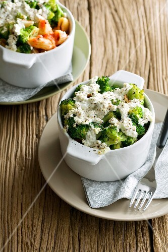 Gratinated pasta bake with broccoli