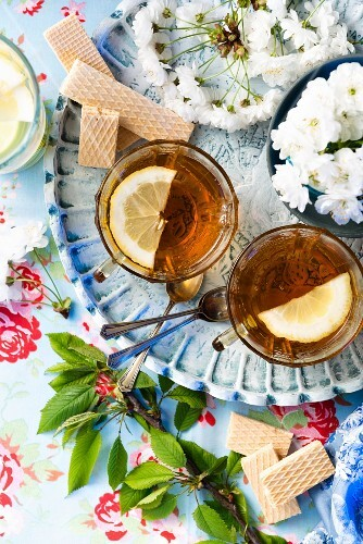 Lemon iced tea with wafer biscuits