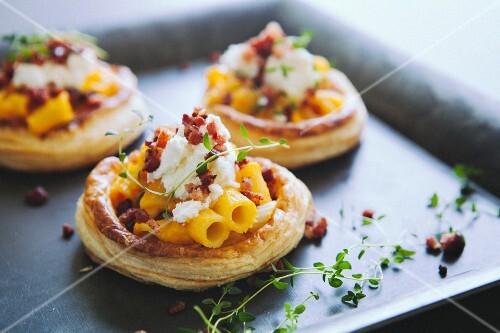 Puff pastry tartlets topped with bacon, ricotta and macaroni