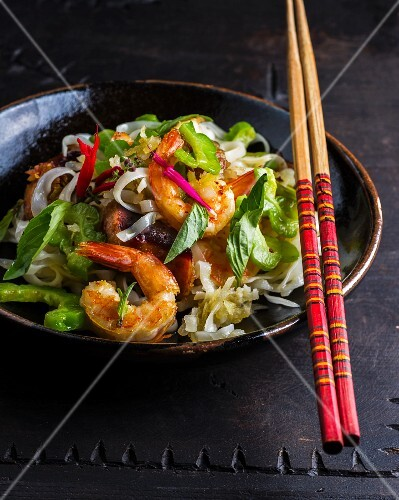 Rice noodles with prawns and vegetables