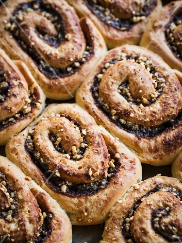 Freshly baked cinnamon rolls (close-up)