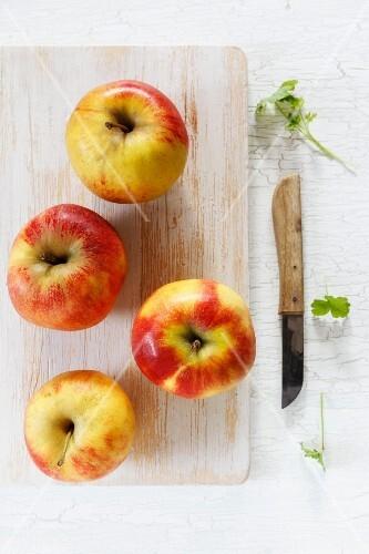 Elstar apples on a chopping board
