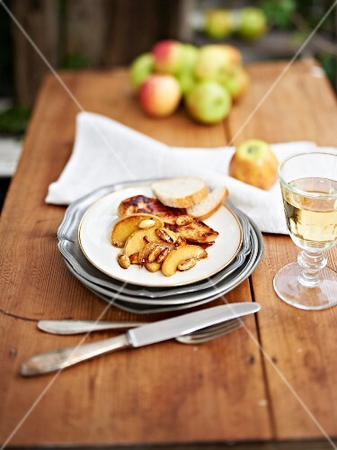 Caramelised apples with chicken breast