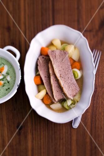 Gekochte Ochsenbrust in Brühe mit Suppengemüse
