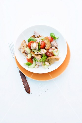 Bread salad with beans, tomatoes and tuna
