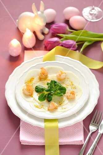Kohlrabi carpaccio with prawns and lamb's lettuce for Easter