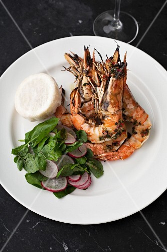 Grilled scampi with a side salad