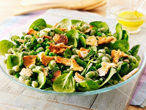 Lamb's lettuce with peas and croutons