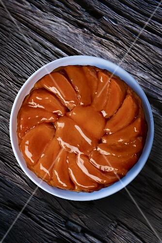 Tarte tatin in a baking tin seen from above