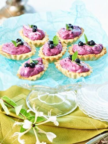 Shortcrust tartlets with mascarpone and blueberry cream