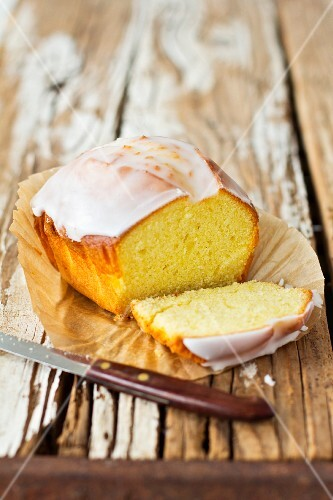 Sliced Madeira cake with icing sugar