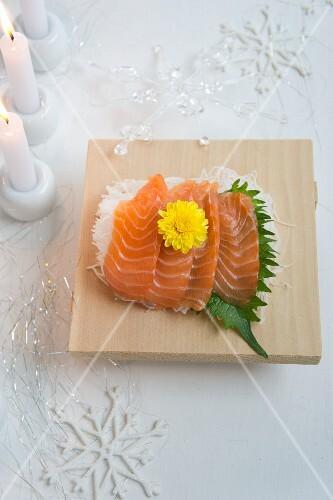 Salmon sashimi with shiso and a chrysanthemum flower (Christmas)