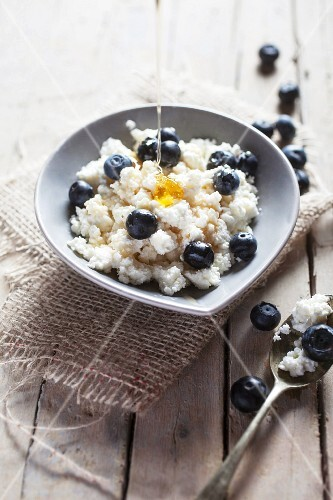 Ricotta cheese with blueberries and honey