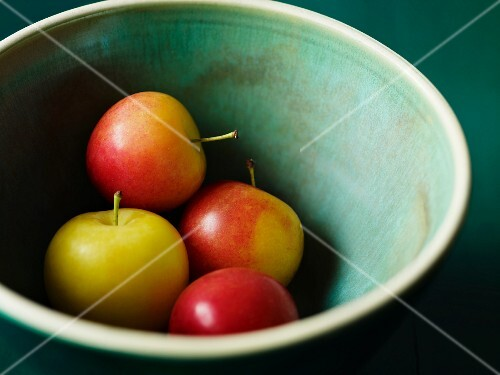 Various apple in a bowl