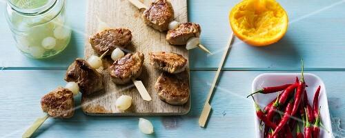 Pork skewers with pearl onions