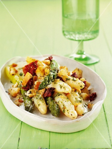 Asparagus with pesto and croutons