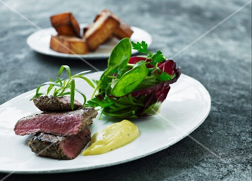 Beef steak with Bernaise sauce and potato wedges