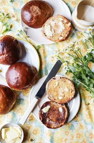 Toasted teacakes with butter