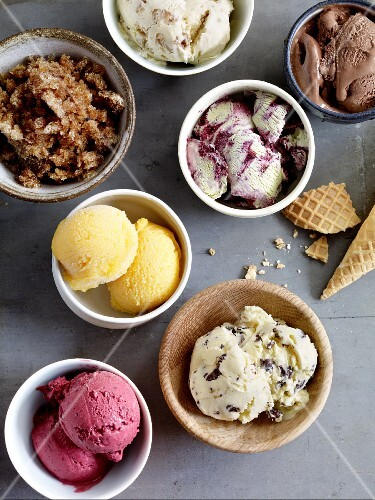 Various ice cream desserts in bowls (seen from above)