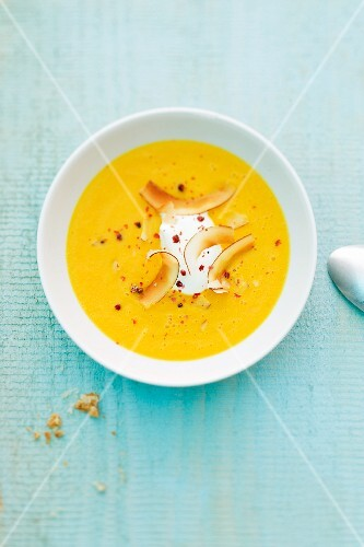 Carrot coup with ginger and grated coconut
