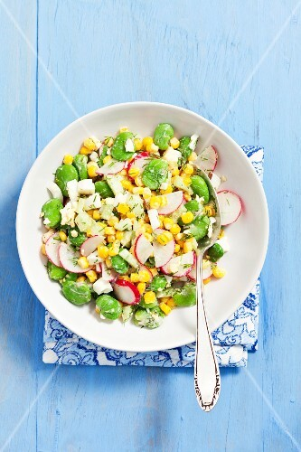 Bean salad with radishes, sweetcorn and cucumber