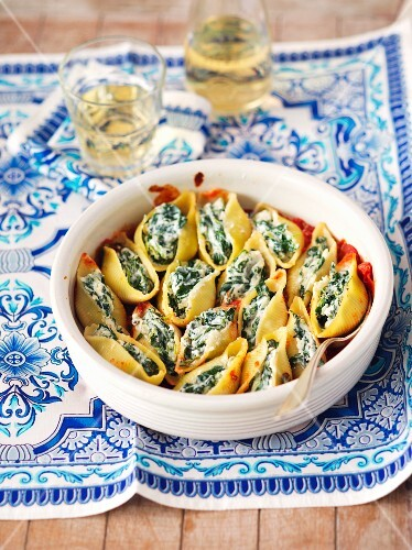 Gratinated conchiglie with spinach and feta in tomato sauce