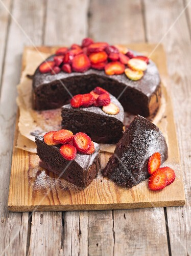 Chocolate cake with strawberries and icing sugar