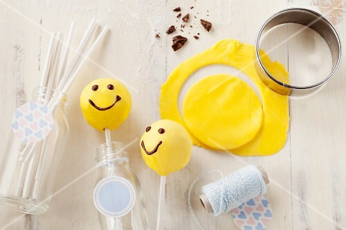 Smiley cake pops