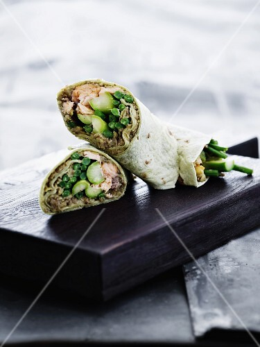 Sliced wraps with salmon, beans and green asparagus