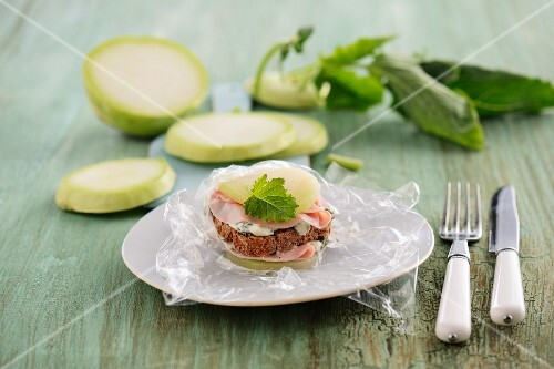 A kohlrabi burger with wholemeal bread, cream cheese and ham