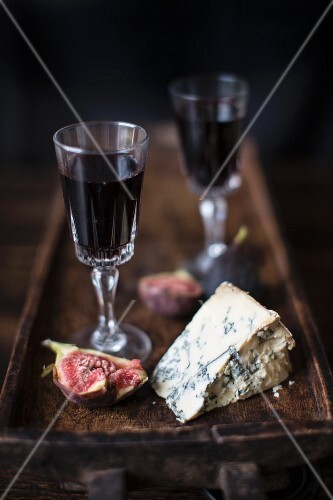 Blue cheese with fresh figs and port wine