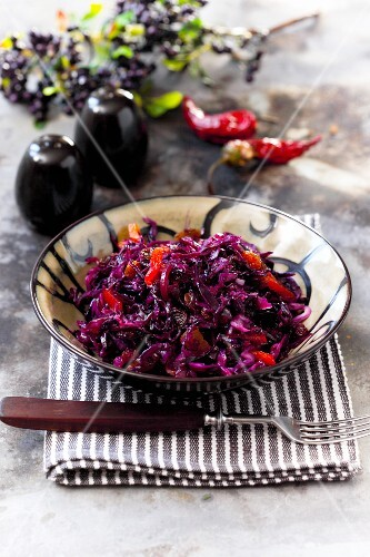 Red cabbage with raisins and chilli peppers